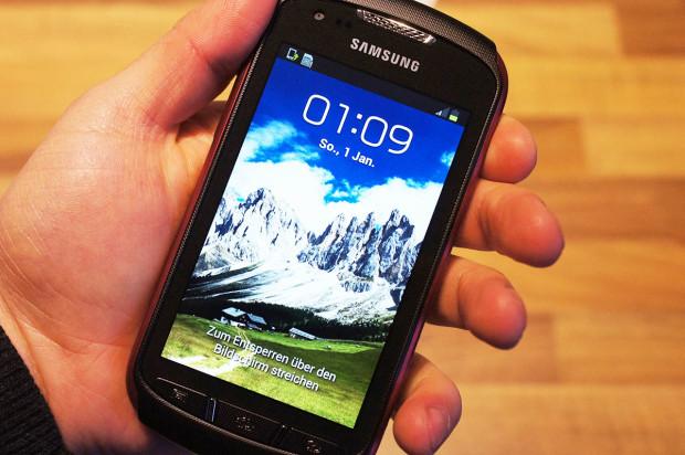 Смартфон Samsung Galaxy Xcover 2 GT-S7710 в руке. Обзор смартфона Samsung Galaxy Xcover 2