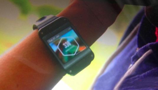 Galaxy Gear впервые примерили на руке