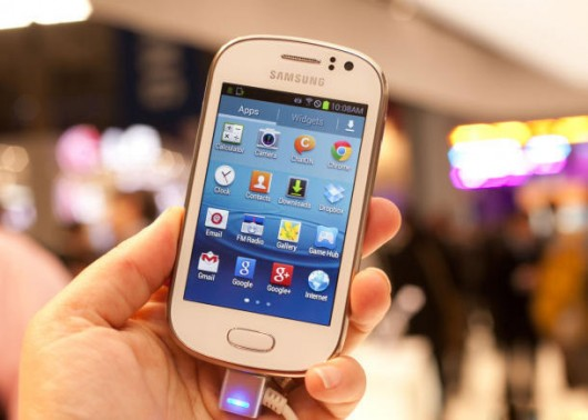 Samsung Galaxy Fame Lite в белом корпусе в руке