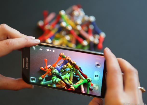 Телефон в режиме камеры в руках