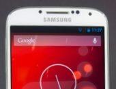 Белый телефон Samsung с красным фоном