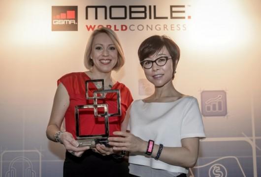 Две девушки на выставке с премией в руках