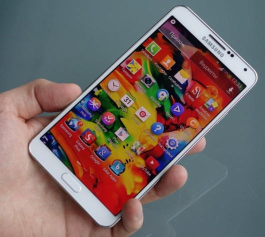 Samsung Galaxy Note III в белом корпусе в руке