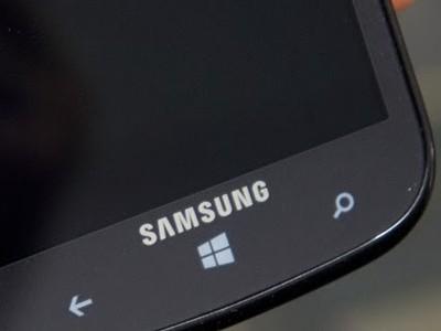 Логотип Samsung на телефоне