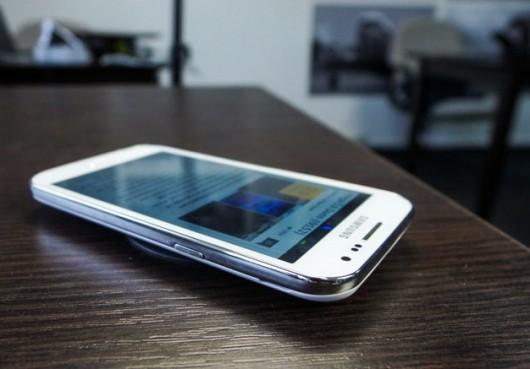Samsung Galaxy Win на столе