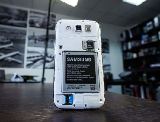 Samsung Galaxy Win со снятой задней крышкой