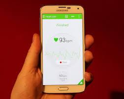 телефон в руке с датчик пульса