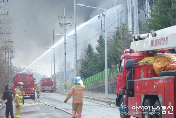 Пожарные на заводе по производству печатных плат