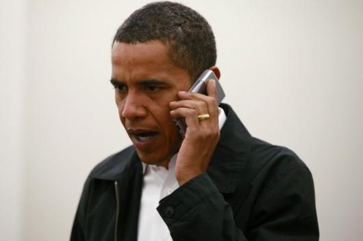 Обама разговаривает по телефону
