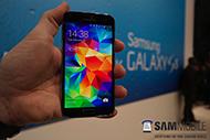 телефон Samsung Galaxy S5 в руке
