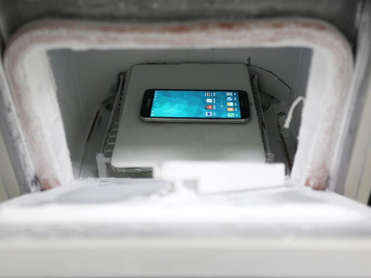 Различные тесты Galaxy S5 на заводе
