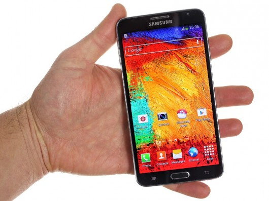 Samsung Galaxy Note 3 Neo в руке