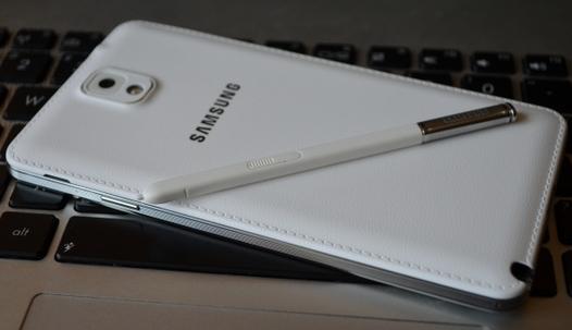 Samsung Galaxy Note 3 Neo со стилусом на клавиатуре