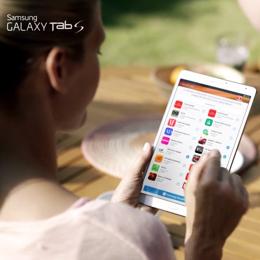 Девушка держит Galaxy Tab S белого цвета