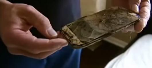Сгоревший Samsung Galaxy S4  в руках у мужчины