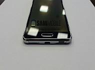 Samsung Galaxy Alpha черного цвета на белом столе
