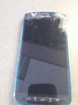 Galaxy S4 Active после удара газонокосилки