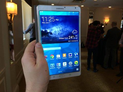 Samsung Galaxy Tab S в руке