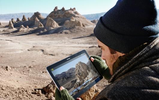 Мужчина держит в руках Samsung Galaxy Tab Pro 12.2 64GB