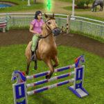 Персонаж в The Sims Freeplay скачет на лошади