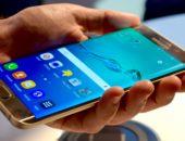 Смартфон Samsung Galaxy S7 Edge в мужской руке