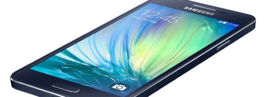 Студийная фотография смартфона самсунг в синем корпусе