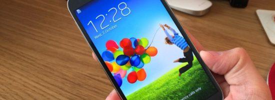 Фотография смартфона Samsung Galaxy S4 в мужской руке