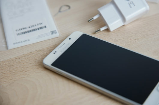 Samsung Galaxy A5 2016 и зарядное устройство