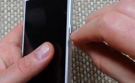 Вставка эжектора в отверстие лотка для SIM