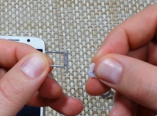 Извлечение SIM-карты из лотка