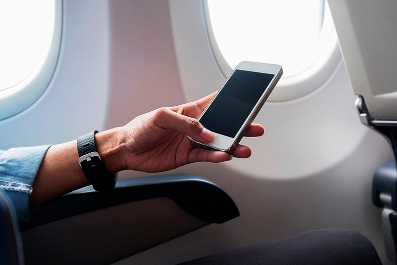 Почему нужно выключать телефон в самолёте