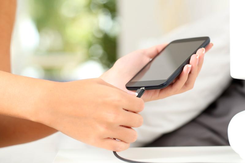 Почему нельзя долго держать телефон на зарядке